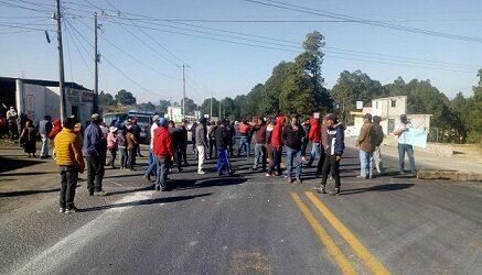 Bloquean habitantes de Villa Aldama la carretera Xalapa-Perote, a la altura de Cruz Blanca