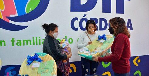 Entrega DIF Córdoba canastillas a padres de los primeros bebés del año