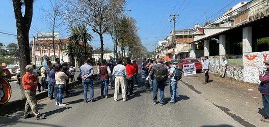 Bloquean vecinos la avenida Ruiz Cortines, protestan por la construcción de la ciclopista