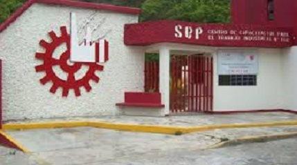 Firma convenio presidente del Club Rotario de Nogales Ernesto Torres, con CECATI 168
