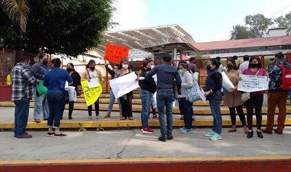 Padres de familia de la telesecundaria anexa de la ENSV se manifiestan en la SEV para exigir el otorgamiento de la clave de la escuela