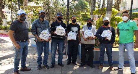 """Grupo ciudadano """"generando soluciones por el bien común"""", entrega apoyos a boleros del parque Hidalgo en Ciudad Mendoza."""
