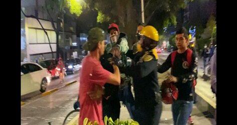 Video: Así se vieron los golpes y patadas de policías a ciclistas