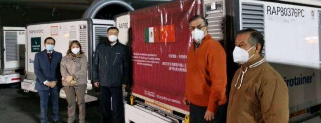 Llegan a México 800 mil vacunas Sinovac desde China