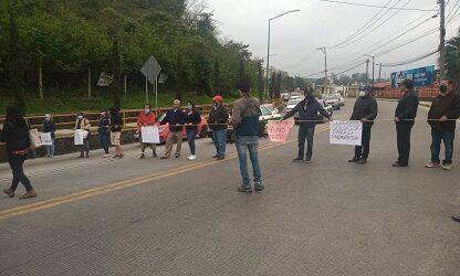Vecinos de la calle Uruguay de esta capital, bloquean el bulevar Bolivia, exigen la pavimentación de la misma