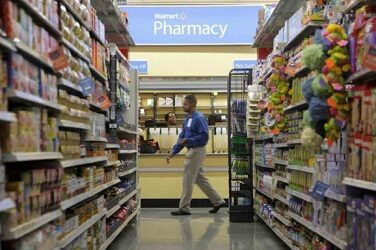 Miles de farmacias de EU ya aplican vacunas covid; bajan contagios