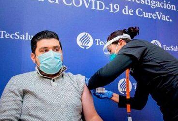 Joven recibe primera vacuna alemana contra Covid y así lo vivió