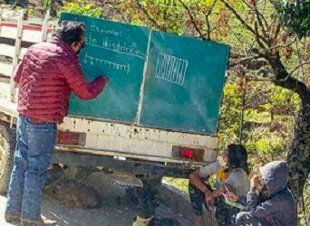 Congreso reconoce a maestro que da clases con pizarrón en camioneta