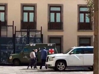 Captan a López Obrador usando cubrebocas y paseando en Palacio Nacional
