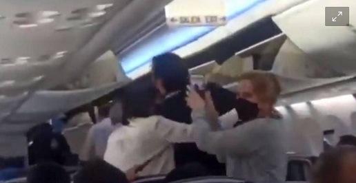 """""""Son gajes del oficio"""" dice AMLO sobre insultos en vuelo comercial"""