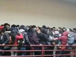 (VIDEO) El impactante momento en el que varios estudiantes caen de un cuarto piso en universidad boliviana | VIDEO