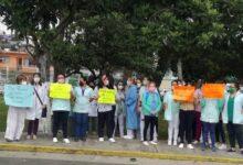 CON JUSTA RAZÓN…Personal de la Clínica 66 del IMSS de Xalapa realizan paro de brazos caídos para exigir a sus autoridades ser vacunados contra COVID-19