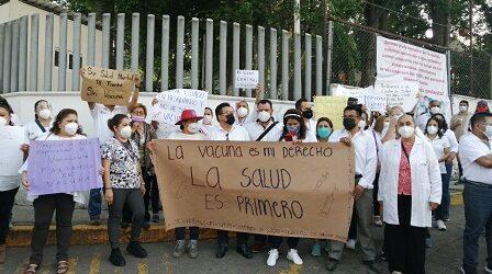 Marchan trabajadores de la SSA en esta capital, exigen ser vacunados antes que otros sectores de la población