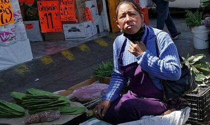 Acusa vendedora informal a inspectores municipales  de robarle su mercancía e implementos de trabajo