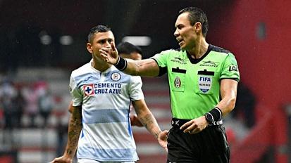 Cruz Azul se queja de árbitro y sospecha que está en su contra