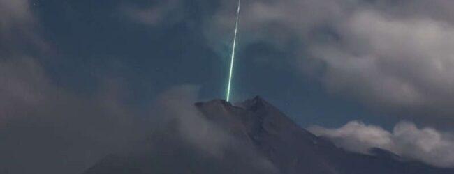 Meteoro cae sobre el volcán más activo de Indonesia; increíble video se hace viral