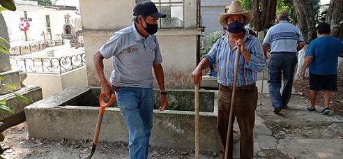 Pandemia dejó sin ingresos a trabajadores limpia tumbas  del Panteón Xalapeño; ningún apoyo le dio el gobierno