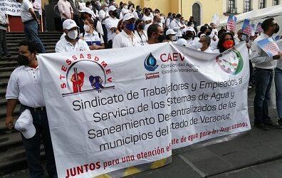 Con plantón frente a palacio de gobierno, representantes de    organizaciones sindicales conmemoran el Día del Trabajo en Xalapa
