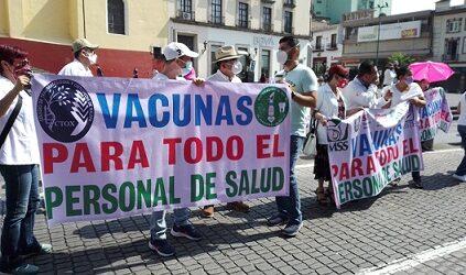De nueva cuenta marchan trabajadores de Salud para  demandar al gobierno estatal los vacune contra SARS-CoV-2