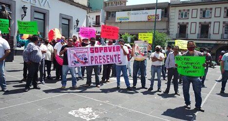 Se manifiestan taxistas de Sopaver en la Plaza Lerdo, denuncian  abuso de autoridad del delegado de Transporte Público en Xalapa