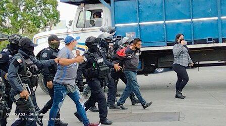 Taxistas bloquean la avenida Antonio Chedraui, acusan abusos de personal de Transporte Público; detienen a 8 ruleteros