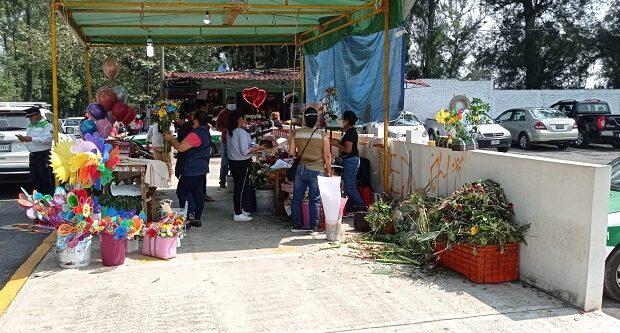 Xalapeños acuden al cementerio a honrar a las madres fallecidas