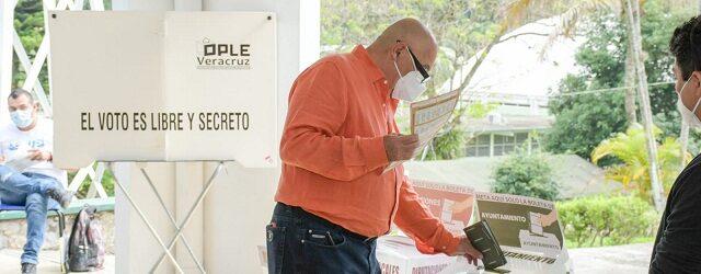 Tomas López, cumple como ciudadano;  acudió con su familia  a emitir  su voto
