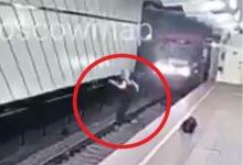 Joven se arroja a las vías del Metro de Moscú… y se salva de milagro