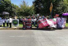Grupos de manifestantes protestan durante visita de AMLO a Xalapa