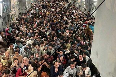 Postal del caos: más de 600 afganos apretujados huyen en avión de EU