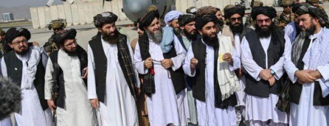 Talibanes desfilan triunfales en aeropuerto de Kabul tras retirada de EU
