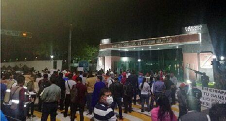 AMLO ingresa a cuartel militar tras más de dos horas de bloqueo de la CNTE