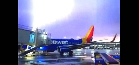 Video. Rayos y relámpagos caen sobre aeropuerto de Texas, en Estados Unidos