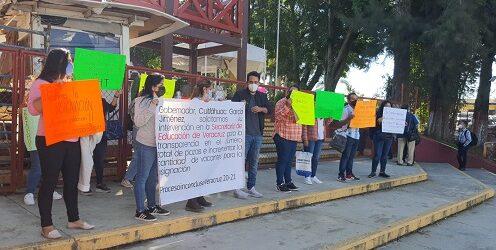 Se manifiestan docentes en las oficinas centrales de la SEV, demandan la asignación de plazas