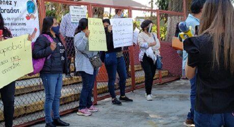 De nueva cuenta se manifiestan maestros en las oficinas de la SEV, demandan creación de más plazas magisteriales