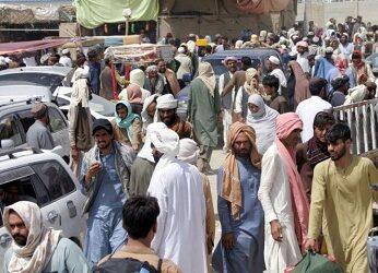 Afganos tratan de huir a países vecinos, tras fin de evacuaciones
