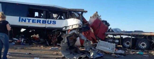 Chocan un autobús y dos tráileres en Sonora; 16 muertos