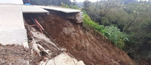 Deslave en Fraccionamiento Lucas Martín de Xalapa pone en riesgo de colapso viviendas aledañas al Río Sedeño