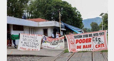 """Maestros de Michoacán reclaman a Silvano un mes de salario: """"Estamos desesperados"""""""