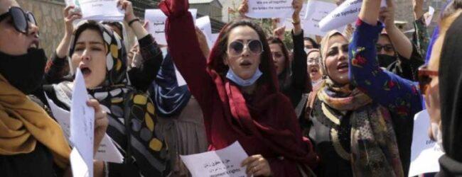 En Kabul, decenas de mujeres exigen a talibanes que respeten sus derechos