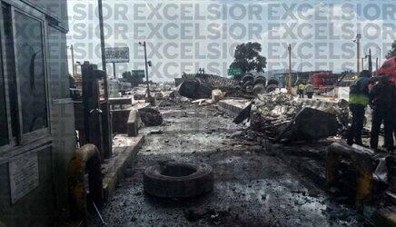 Tráiler choca y se incendia en la caseta México-Puebla; al menos dos muertos