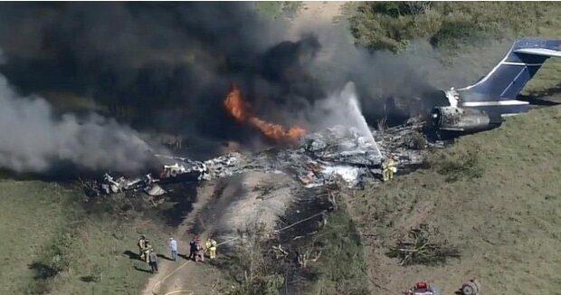 Se estrella avión con 21 personas a bordo en Texas; no se reportan muertes (VIDEO)